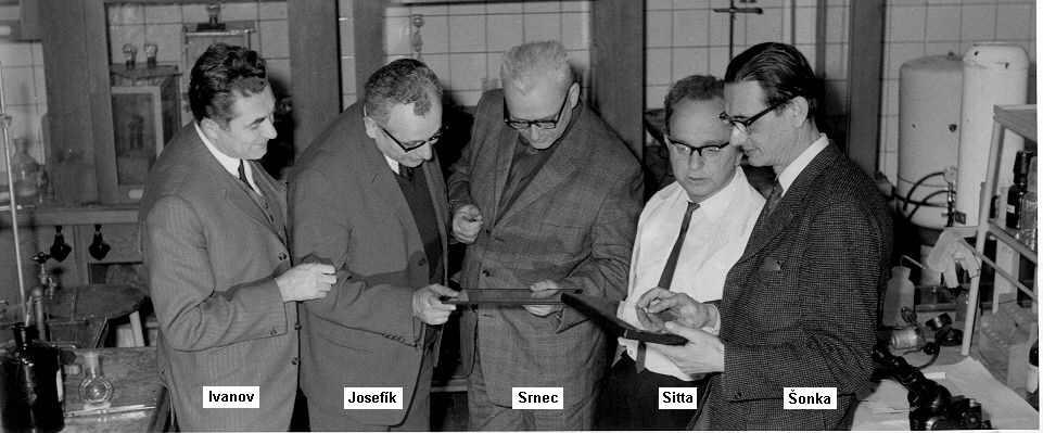 Tzv. Ivanovův tým, skloněn nad pergamenem.